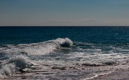 Bränningen av det blåa turkoshavet med den vita vinkelräta vågen Fotografering för Bildbyråer