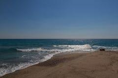 Bränningen av det blåa turkoshavet med den vita vinkelräta vågen Royaltyfri Foto