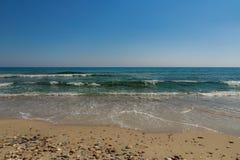 Bränningen av det blåa turkoshavet med vit vinkar på det sandigt Arkivfoton
