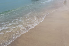 Bränningen och den sandiga kusten Royaltyfria Foton