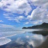 Bränningreflexioner på den Piha stranden Nya Zeeland royaltyfri fotografi