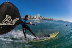 BränningryttareSUP som surfar vågnärbild Arkivbilder