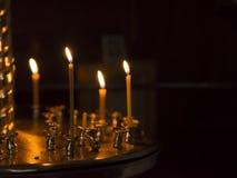 Bränningstearinljusen på en ljusstake Arkivbild