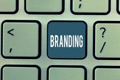 Brännmärka för ordhandstiltext Affärsidé för Assign märkesnamnet till något affärsmarknadsföringsstrategi royaltyfria bilder