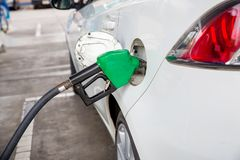 Bränsle för olje- gas för påfyllning och för fyllning på stationen Bensinstation - tanka Att att fylla maskinen med bränsle Arkivbild