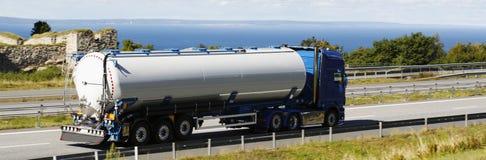 Bränsle- och oljalastbil på flyttningen Royaltyfri Bild