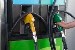 Bränsledysa på en bensinstation Arkivbild