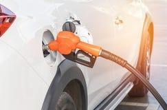 Bränsledysa som tankar gaspumpen för bilen Royaltyfria Foton