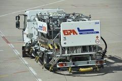 Bränslelastbil på flygplatsen Charles de Gaulle, Paris Fotografering för Bildbyråer