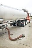 Bränslelastbil som levererar reviderad bensin arkivbild