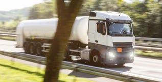 Bränslelastbil som rusar på huvudvägen Arkivbild