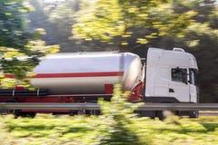 Bränslelastbil som rusar på huvudvägen Royaltyfri Fotografi