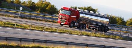 Bränslelastbil, tankfartyg, på flyttningen Royaltyfri Fotografi