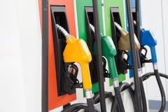 Bränslepump, bensinstation, bensin Färgrika fyllnads- dysor för bensinpump på vit bakgrund arkivfoton