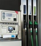 Bränslepumpar i en bensinstation Arkivbild