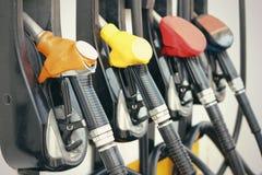 Bränslepumpar på bensinstationen Arkivbilder