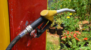 Bränsleutmatare på en pump för bensinstation i olje- station Arkivfoto