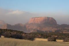 Bränt berg i sydliga Utah som döljas i mist på en kall vinterdag Arkivbild