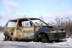 Bränt förstört bilanseende på sidan av vägen i vintern royaltyfri bild