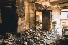 Bränt hus som är inre efter brand, förstört byggnadsrum inom, katastrof- eller krigefterdyningbegrepp royaltyfri foto