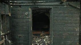 Bränt hus som är inre efter brand, förstört byggnadsrum inom, katastrof- eller krigefterdyningbegrepp stock video