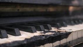 Bränt ner för att bränna till kol röka pianotangentbordet lager videofilmer