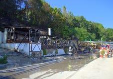 Bränt ner restaurang och brandmän Arkivbild