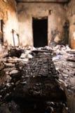 Bränt stycke av trä och en dörr royaltyfri fotografi