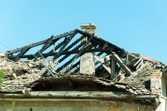 Bränt tak av det övergav civila huset i östliga Ukraina som är skadad vid granatexplosion i krigzonen royaltyfria bilder