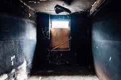 Bränt tomt rum Brände till kol väggar i svart sot royaltyfri bild