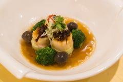 Bräserad abalone med broccoli och tofu, högvärdigt dyrt C Arkivfoto