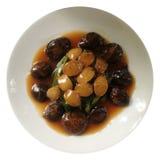 Bräserad abalone med champinjonen i ostronsås Arkivfoto
