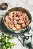Bräserad nötköttköttragu med ny persilja i panna arkivbild