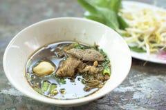 Bräserade grisköttnudlar smakar läckert Fotografering för Bildbyråer