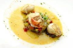 Bräserade kammusslor för fiskmaträtt med lökar och peppar i soppa 2 Royaltyfria Bilder