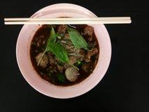 Bräserade nötköttnudlar i en kopp i den bästa sikten royaltyfri bild
