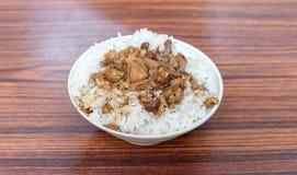 Bräserat griskött över ris fotografering för bildbyråer