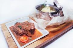 Bräserat kött i sås Royaltyfria Foton