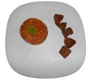 Bräserat nötkött med orzoen som isoleras på vit Arkivfoton