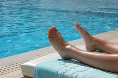 Bräunen am Pool Stockfotos