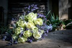 Bräute, die Blumen wedding sind Lizenzfreies Stockfoto