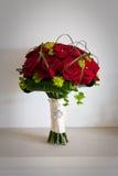 Bräute, die Blumenstrauß von roten Rosen heiraten Stockbild
