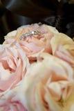Bräute schellen in ihrem Brautblumenstrauß lizenzfreie stockfotografie