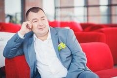 Bräutigam auf Sofa stockfoto