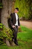 Bräutigam am Baum Lizenzfreies Stockfoto