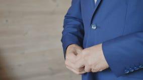 Bräutigam befestigen die Knöpfe auf einer Jacke stock video