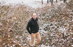 Bräutigam in den schneebedeckten Blättern Lizenzfreies Stockfoto