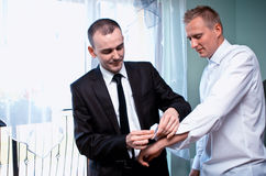 Bräutigam, der angekleidet erhält lizenzfreies stockfoto