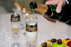Bräutigam, der Champagne gießt lizenzfreies stockbild