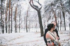 Bräutigam, der die Braut umarmt Stockfotografie